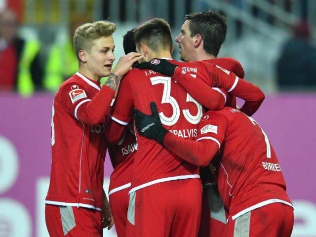Die Spieler des 1. FC Kaiserslautern jubeln, sie haben Holstein Kiel mit 3:1 besiegt. Foto: Uwe Anspach/dpa