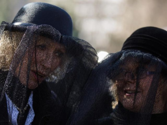 Trauergäste bei der Hoppeditz-Beerdigung. Foto: Rolf Vennenbernd/dpa