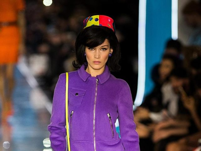 Ein Kostüm in frischem Lila:Top-Model Bella Hadid trägt Moschino. Foto: Jin Yu/XinHua/dpa