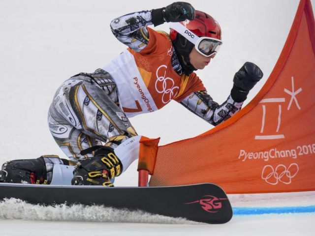 Super-G-Olympiasiegerin Ester Ledecka gewann auch Gold auf dem Snowboard. Foto: Jean-Christophe Bott/dpa