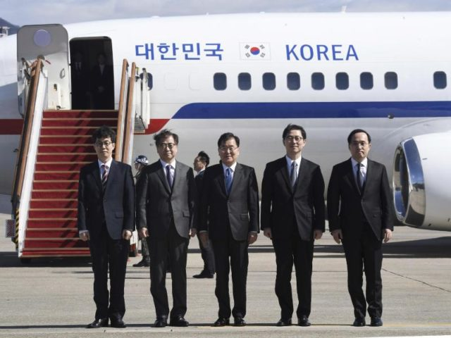 Der nationale Sicherheitsberater Südkoreas, Chung Eui Yong (M), und Geheimdienstchef Suh Hoonin (2.v.l.) posieren zusammen mit den weiteren Abgesandten auf dem Militärflugplatz Seongnam für ein Foto. Foto: Jung Yeon-Je, AFP POOL/dpa
