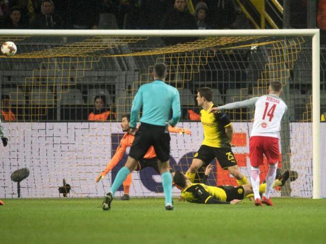 Mit seinem zweiten Treffer brint Berisha (r) die Österreicher mit 2:0 in Führung. Foto: Bernd Thissen/dpa