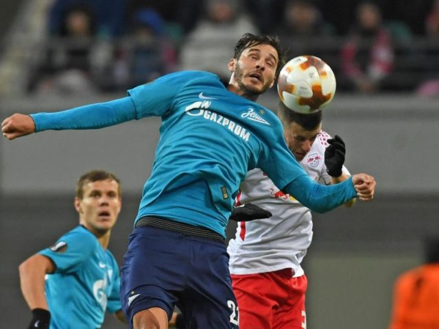 Kopfballduell zwischen RB-Akteur Diego Demme (r) und St. Petersburgs Aleksandr Erokhin. Foto: Hendrik Schmidt/dpa