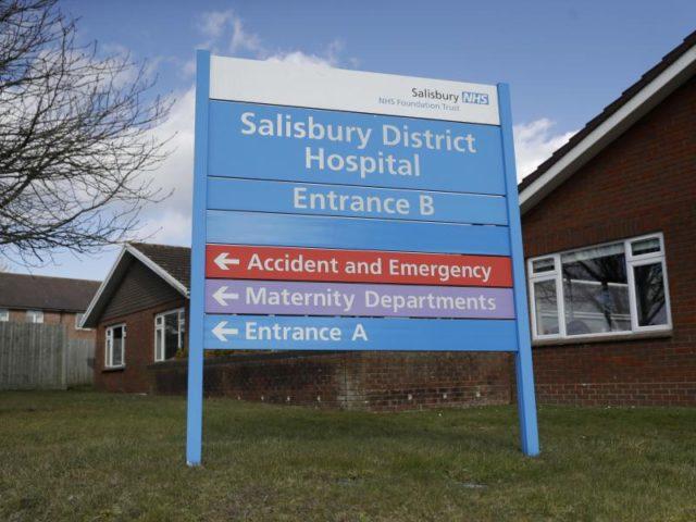 Das Eingangsschild vor dem Salisbury Memorial Hospital, in dem der ehemalige russische Doppelagent Skripal und seine Tochter behandelt werden. Foto: Matt Dunham/AP/dpa
