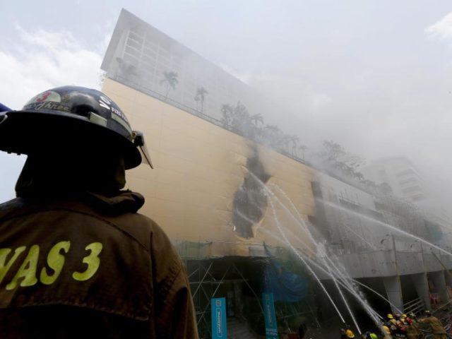 Feuerwehrleute bei einem Brand im Manila Pavilion Hotel & Casino. Mehr als 300 Gäste mussten aufgrund des Brandes evakuiert werden. Foto: Bullit Marquez/dpa