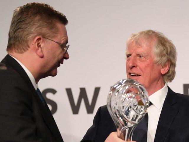 Erich Rutemöller (r) wird von DFB-Präsident Reinhard Grindel für sein Lebenswerk ausgezeichnet. Foto: Arne Dedert/dpa