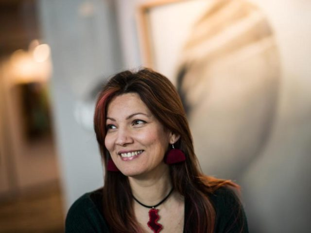 Die tunesische Künstlerin Mouna Jemal Siala in der Ausstellung. Foto: Andreas Arnold/dpa