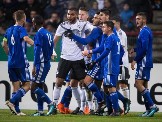 Spieler beider Mannschaften sind auf dem Spielfeld aneinander geraten. Foto: Swen Pförtner/dpa
