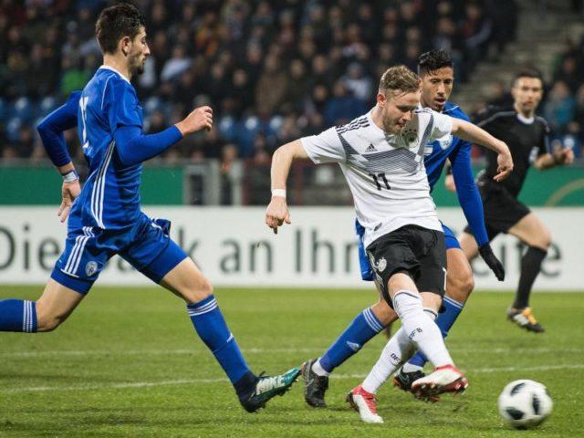 Cedric Teuchert (r) schießt das 2:0 für Deutschland. Foto:Swen Pförtner/dpa