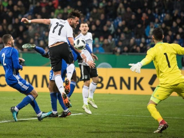 Eduard Löwen (M/11) erzielt das 1:0 gegen Israels Torwart (r). Foto: Swen Pförtner/dpa
