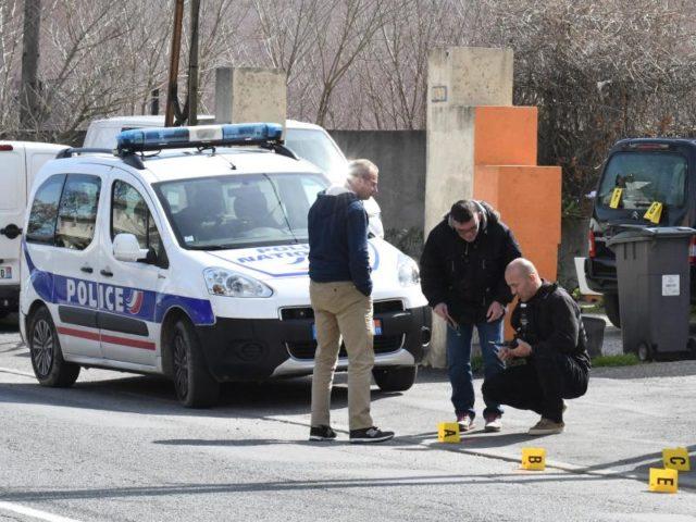 Polizisten bei der Spurensuche am Tatort vor einem Supermarkt in der Nähe von Carcassonne. Foto: Amenvals Nathalie/MAXPPP/dpa