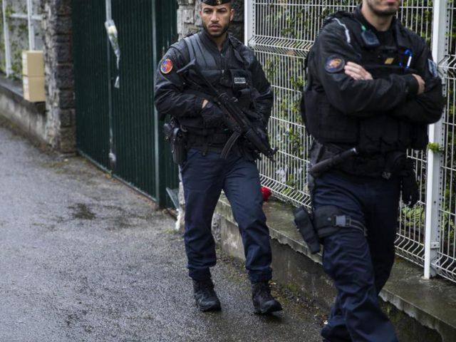Carcassonne:Zwei Polizisten gehen vor der lokalen Polizeizentrale Streife. Foto: Emilio Morenatti/dpa