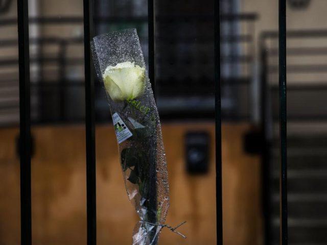 Eine weiße Rose hängt vor der lokalen Polizeizentrale in Carcassonne. Foto: Emilio Morenatti, AP/dpa