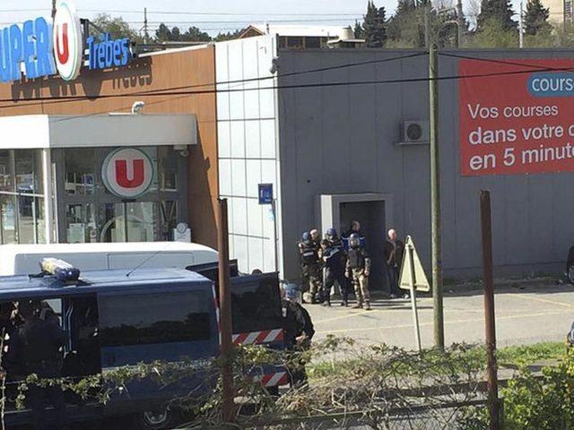 Ermittler entdeckten in dem Supermarkt, wo die Geiselnahme stattfand, drei selbst gebaute Sprengsätze. Foto:Newsflare/Tarbouriech Roseline/dpa