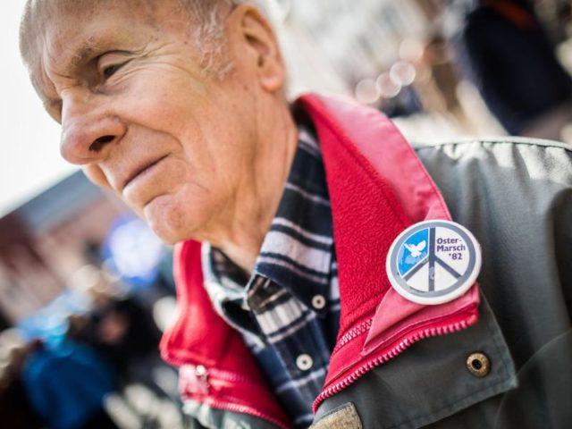 Ein Ostermarsch-Veteran trägt einen Button von einer Veranstaltung im Jahr 1982. Die ersten Ostermärsche fanden in Deutschland im Jahr 1960 statt. Foto: Frank Rumpenhorst/dpa