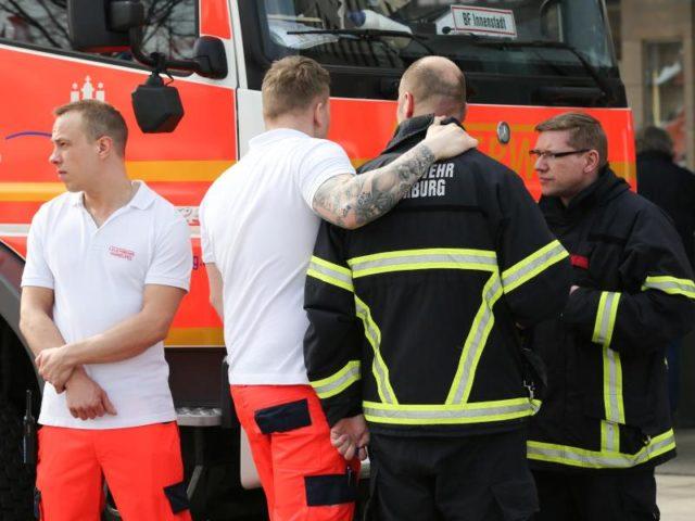 Feuerwehrleute nach dem tödlichen Messerangriffvor der S-Bahnhaltestelle Jungfernstieg. Foto: Bodo Marks/dpa