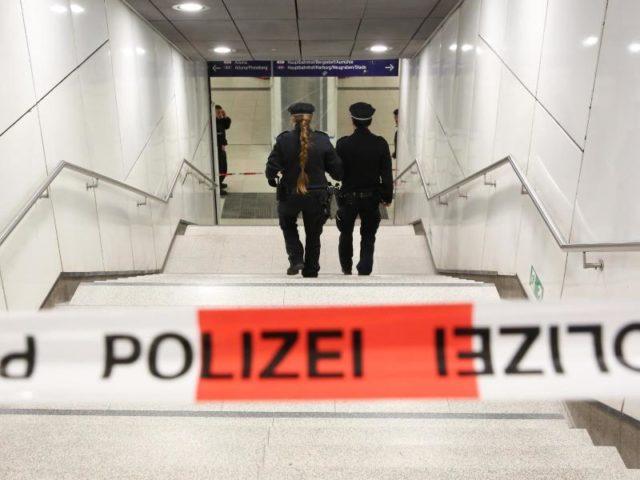 Einsatzkräfte der Polizei sichern den Zugang zur S-Bahnhaltestelle Jungfernstieg inHamburg. Foto:Bodo Marks/dpa