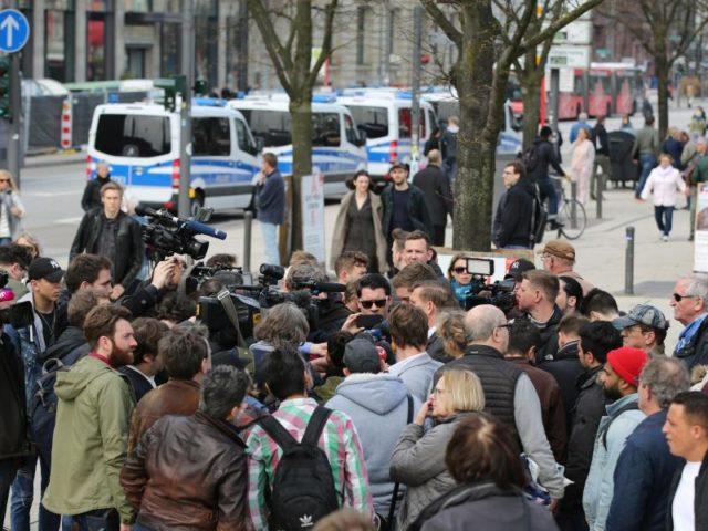 Medienvertreter umringen den Pressesprecher der Polizei Hamburg. Foto:Bodo Marks/dpa