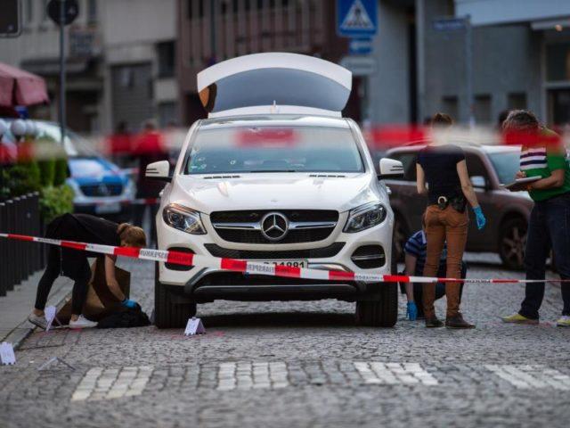 Mitarbeiter der Spurensicherung nach einer Schießerei in der Frankfurter Innenstadt einen Geländewagen. Foto: Andreas Arnold/dpa