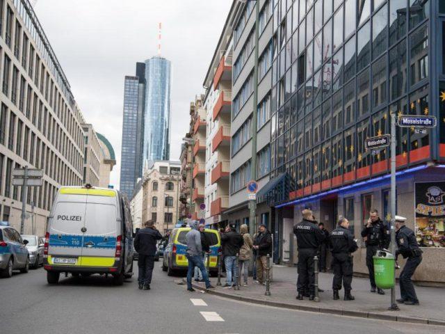 Razzia gegen mutmaßliche Drogenhändler im Frankfurter Bahnhofsviertel. Foto: Fabian Sommer/dpa
