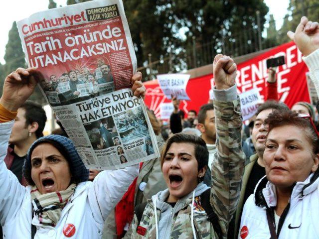 In Istanbul protestieren Menschen im November 2016 gegen Verhaftungen von «Cumhuriyet»-Mitarbeitern. Foto: Sedat Suna/EPA/dpa