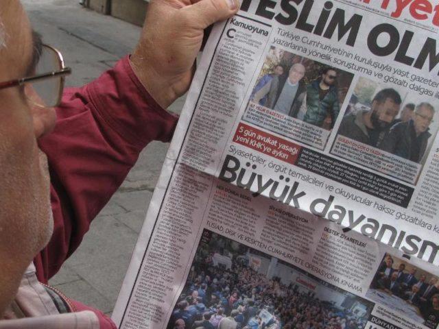 Protest auf der Titelseite:Am 1. November 2016 prangerte «Cumhuriyet» einen «weiteren Schlag gegen die freie Presse»an. Foto: Linda Say/dpa