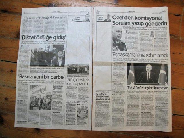 Leere Stellen auf den «Cumhuriyet»-Seiten, auf denen die Kolumnisten Hikmet Cetinkaya und Kadri Gursel schrieben, bevor sie festgenommen wurden. Foto: Linda Say/dpa