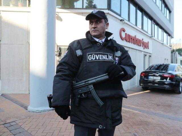 Die regierungskritische Zeitung war immer wieder Ziel von Polizeiaktionen. Foto:Sedat Suna/EPA/dpa