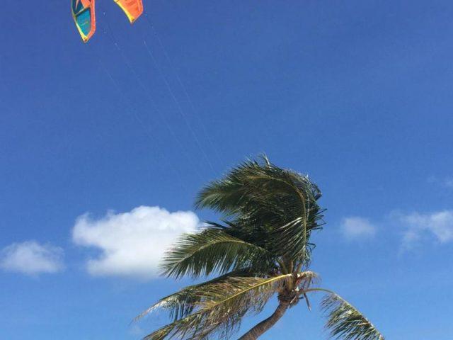Ein Kitesurfer am Bulabog Beach auf Boracay. Foto: Girlie Linao/dpa