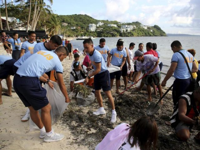 Wegen massiver Probleme mit dem Umweltschutz wurde Boracay für Touristen geschlossen. Foto: Aaron Favila, AP/dpa