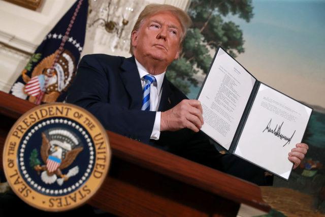 Unterschrift unter das Memorandum, mit dem US-Präsident Trump nach seiner Rede die Sanktionen gegen Iran wieder in Kraft setzte. Foto: Chip Somodevilla/Getty Images