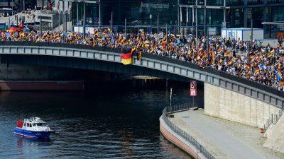 """Zusammenfassung Berlin-Proteste – AfD-Anhänger und Gegner sind sich einig: """"Nazis raus"""""""