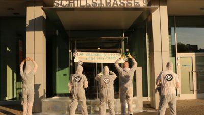 Aktivisten verstellen mit Eisblöcken den Eingang der AfD-Bundeszentrale
