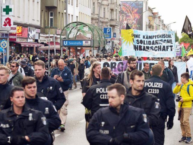 Polizisten sichern am Vorabend des 1. Mai eine Demonstration im Berliner Stadtteil Wedding. Foto:Paul Zinken/dpa
