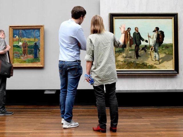 """Die Gemälde """"Bonjour Monsieur Gauguin (l)"""" von Paul Gauguin und """"Bonjour Monsieur Coubert"""" von Gustave Coubert in der Alten Nationalgalerie. Foto: Britta Pedersen/dpa"""