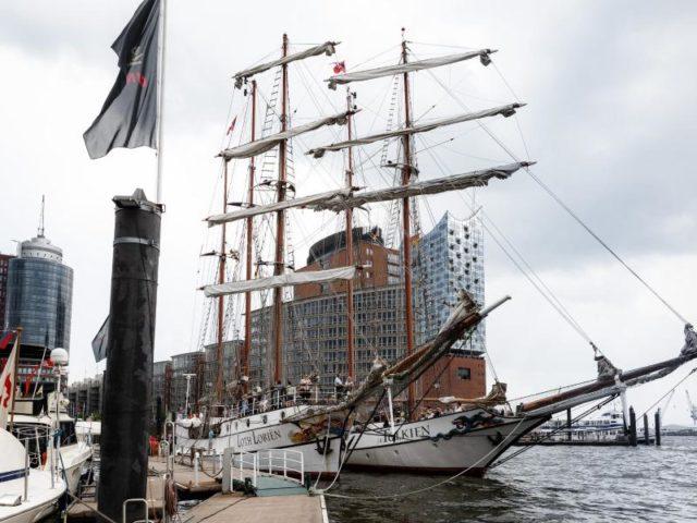 Die Segelschiffe Loth Lorien und Tolkin vor dem Sandtorkai. Foto: Markus Scholz/dpa