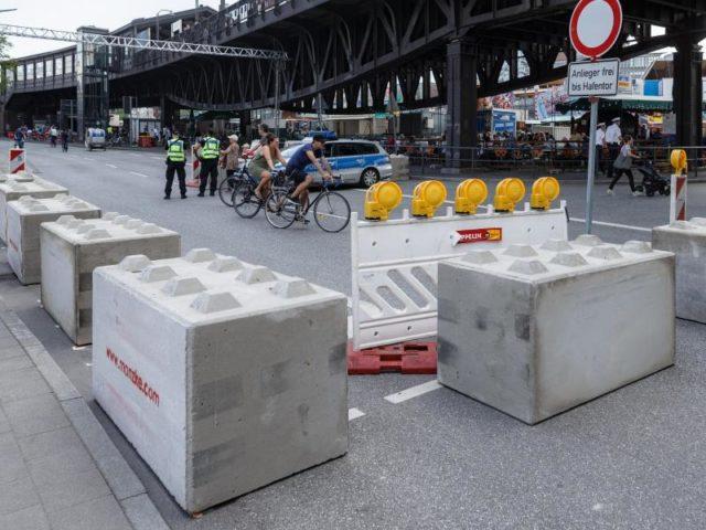 Betonblöcke sichern die Zufahrtstraßen zum Hafengeburtstag. Foto: Markus Scholz/dpa