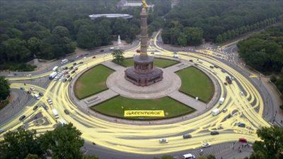 Greenpeace färbt Straßen um Berliner-Siegessäule mit 3.000 Litern Farbe ein – Polizei ermittelt