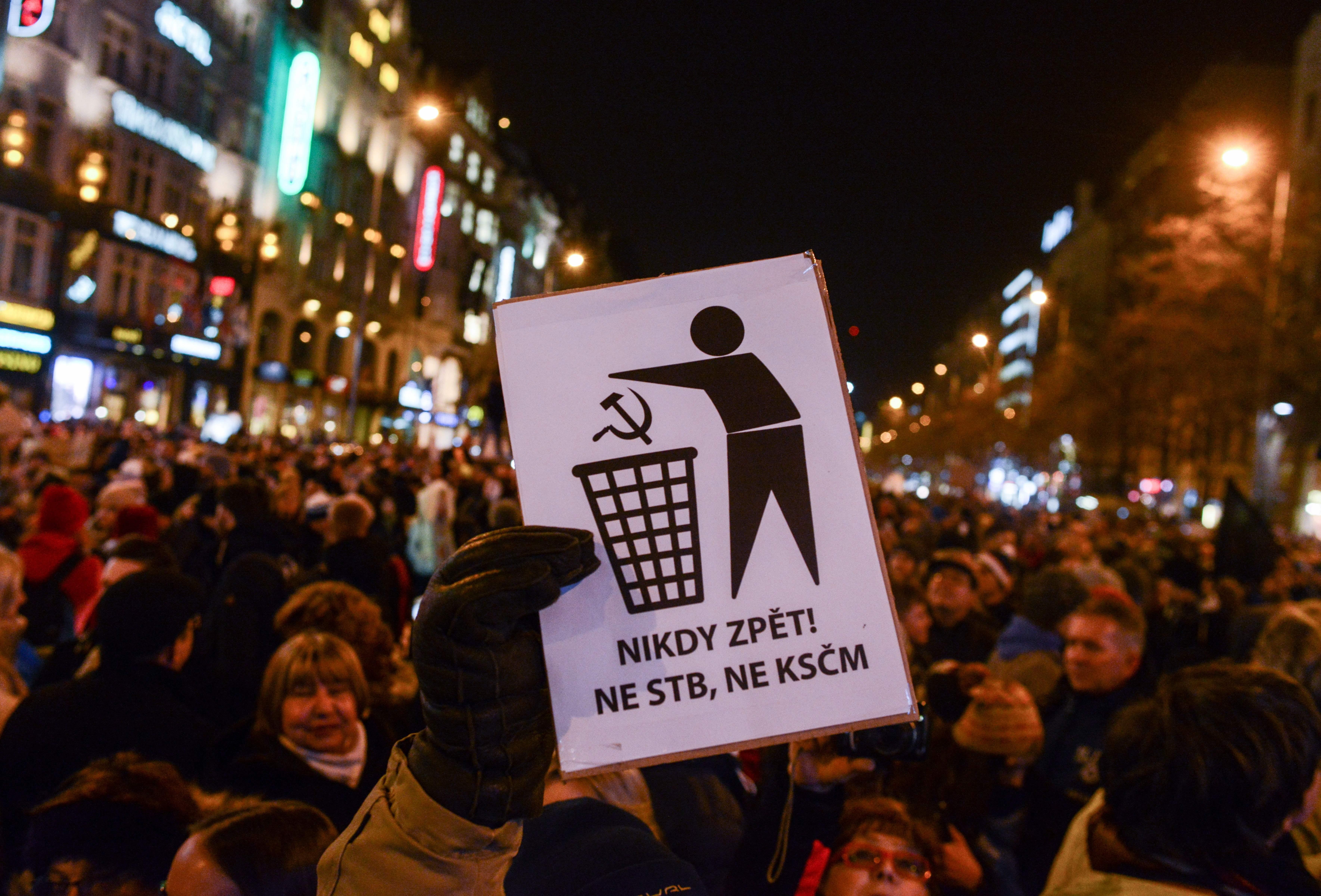 """""""Nie wieder Kommunismus"""": Tausende demonstrieren gegen von Kommunisten tolerierte Regierung in Tschechien"""