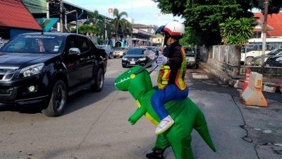 """Ein """"Dinosaurier"""" sorgt für Ordnung im Straßenverkehr"""