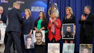 """""""Ich werde Rassistin und Nazi-Schwein genannt"""": Trump trifft Hinterbliebene von Opfern von illegalen Einwanderern"""
