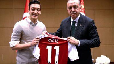 """""""Wir unterstützen die ehrenhafte Haltung unseres Bruders Mesut Özil"""": Ankara lobt Özil-Rücktritt als """"Tor gegen Virus des Faschismus"""""""