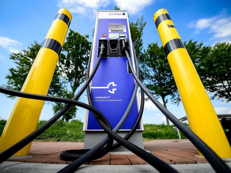 Bundesregierung vertagt Entscheidung über Zwangsladepausen für Elektroautos