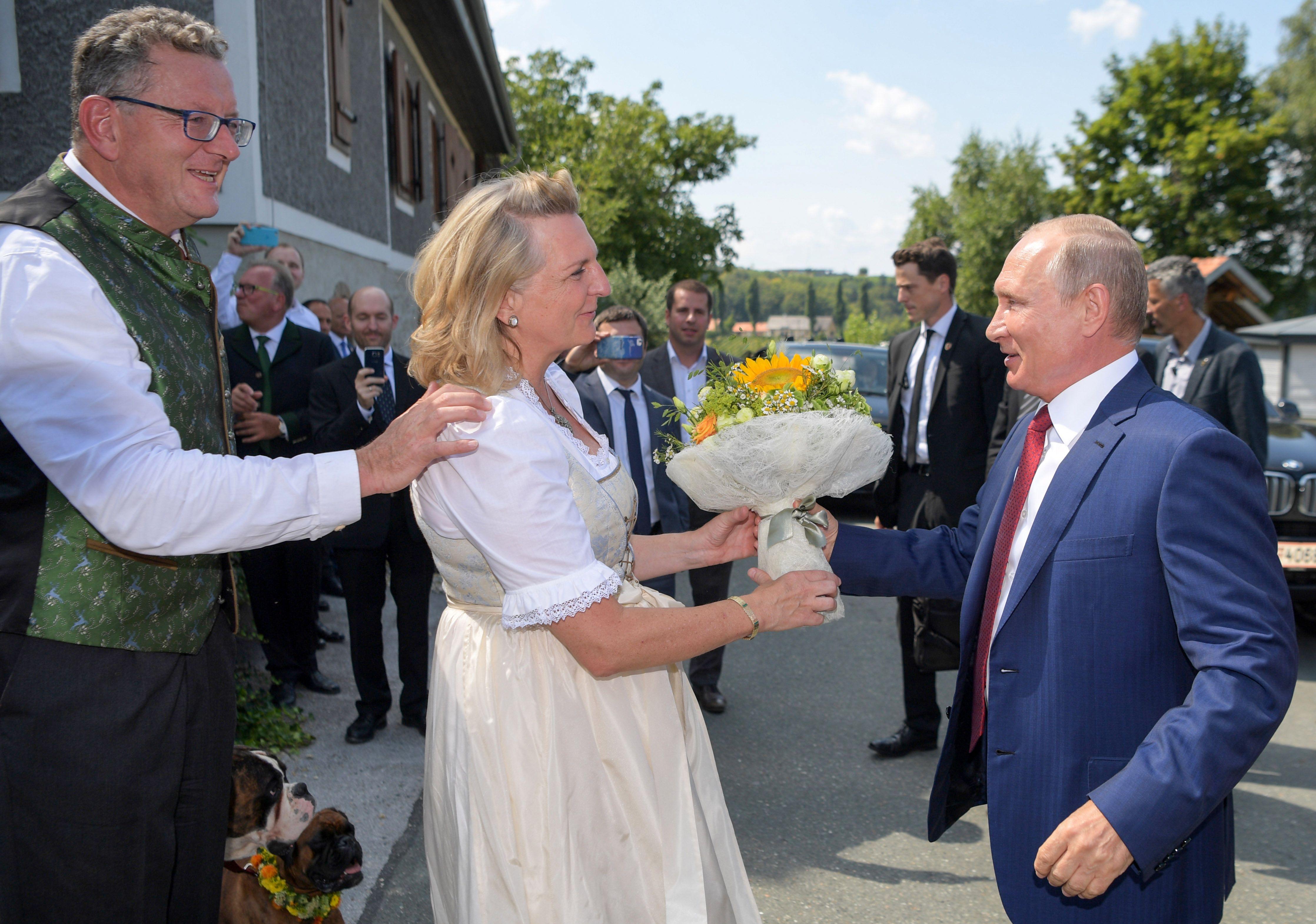 Putin verteidigt seinen Besuch bei Hochzeit von Österreichs Außenministerin