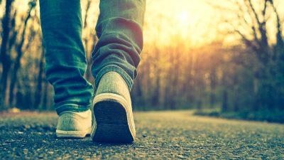 Aus alt mach neu – Frau macht aus alten Jeansstoffen Patchwork-decken