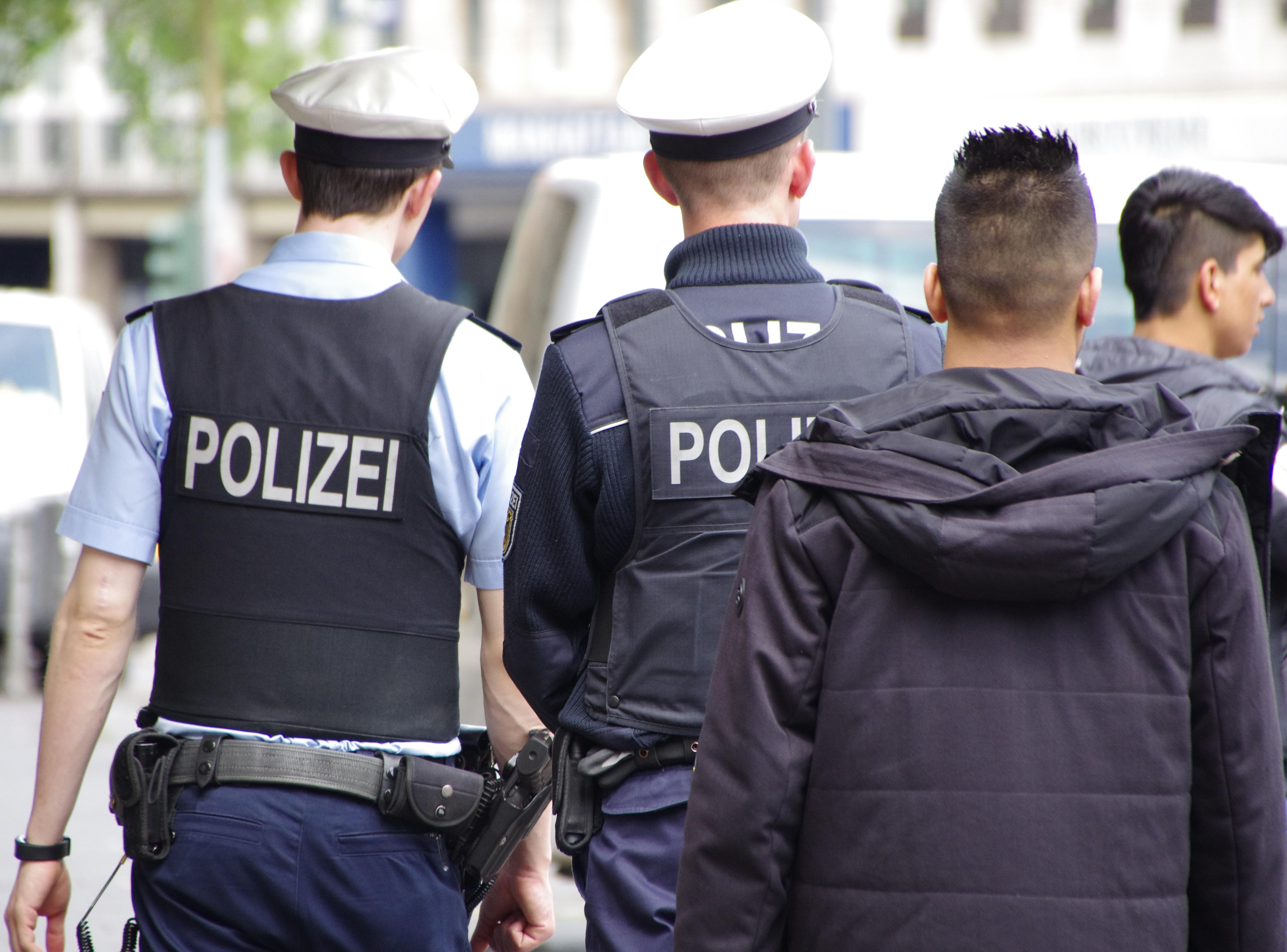 Falsche Polizisten: Polizei unternimmt Razzia gegen türkische Clanfamilienmitglieder