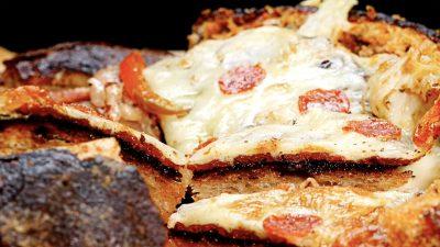 Peperoni-Käse-Pizza im Brotlaib