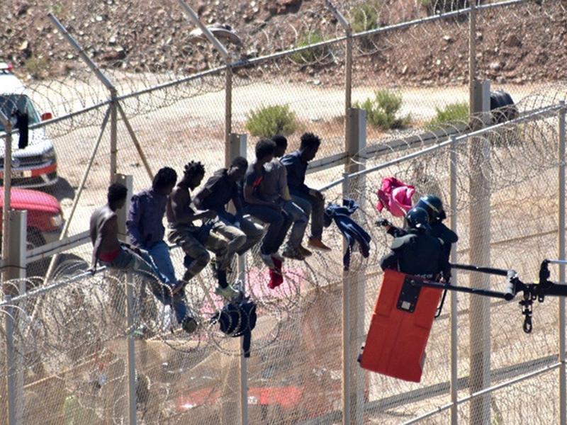 Gericht in Ceuta setzt Abschiebungen von Minderjährigen aus – Migranten dringen in Melilla ein