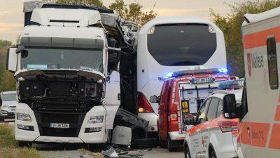 Bus kracht in Sattelzug: Mindestens neun Schwerverletzte