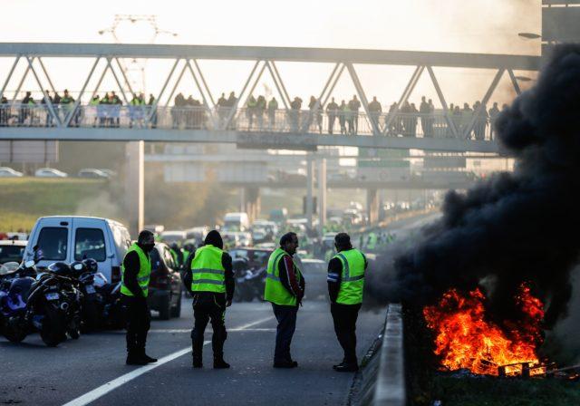 Frankreichs Dieselpreise: Aktionen werden fortgesetzt – 283.000 Menschen protestieren – Rücktritt von Macron gefordert
